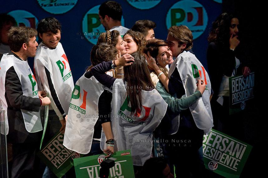 Roma, 22 Febbraio, 2013. Volontari per il PD si abbracciano alla fine della campagna elettorale del Partito Democratico al Teatro Ambra Jovinelli