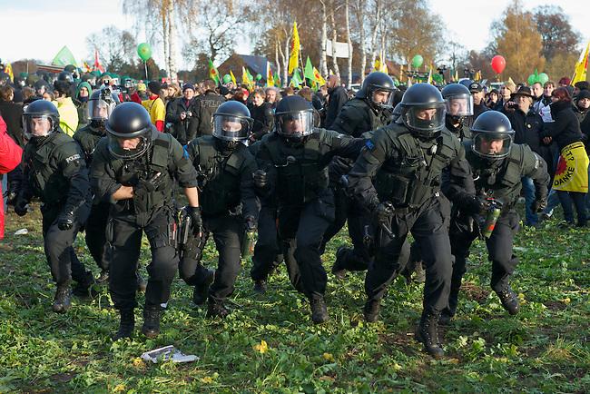 Protest gegen den Castor-Transport 2010.<br />An die 50.000 Menschen versammelten sich am 6. November 2010 in Splietau bei Dannenberg um gegen den Castortransport ins Wendland zu protestieren.<br />Im Bild: Die Polizei geht gegen Demonstranten vor, nachdem in der Naehe der Kundgebung eine Unterhoehlung an der Transportstrecke nach Gorleben entdeckt wurde. Mehrere Menschen wurden dabei durch Schlagstockeinsatz und Pfeffersray verlatzt und mussten aerztlich behandelt werden.<br />6.11.2010, Splietau/Wendland/Niedersachsen<br />Copyright: Christian-Ditsch.de<br />[Inhaltsveraendernde Manipulation des Fotos nur nach ausdruecklicher Genehmigung des Fotografen. Vereinbarungen ueber Abtretung von Persoenlichkeitsrechten/Model Release der abgebildeten Person/Personen liegen nicht vor. NO MODEL RELEASE! Don't publish without copyright Christian-Ditsch.de, Veroeffentlichung nur mit Fotografennennung, sowie gegen Honorar, MwSt. und Beleg. Konto: I N G - D i B a, IBAN DE58500105175400192269, BIC INGDDEFFXXX, Kontakt: post@christian-ditsch.de Urhebervermerk wird gemaess Paragraph 13 UHG verlangt.]