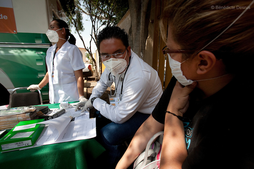 30 april 2009 - Mexico City, Mexico - Doctor check Mexico City residents for symptons of Swine flu at a checkpoint.