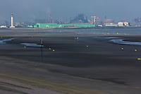France, Nord (59), Malo-les-Bains, La plage sur la Côte d'Opale et en arrière-plan la zone industrielle portuaire de Dunkerque // France, Nord, Malo les Bains, beach on the Opal Coast in the background and the industrial port of Dunkirk