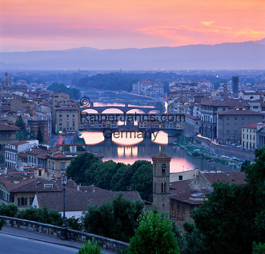 Italy, Tuscany, Florence: view from Piazza Michelangelo over city and Ponte Vecchio at sunset | Italien, Toskana, Florenz: Stadtansicht von der Piazza Michelangelo ueber den Arno und die Ponte Vecchio nach Sonnenuntergang