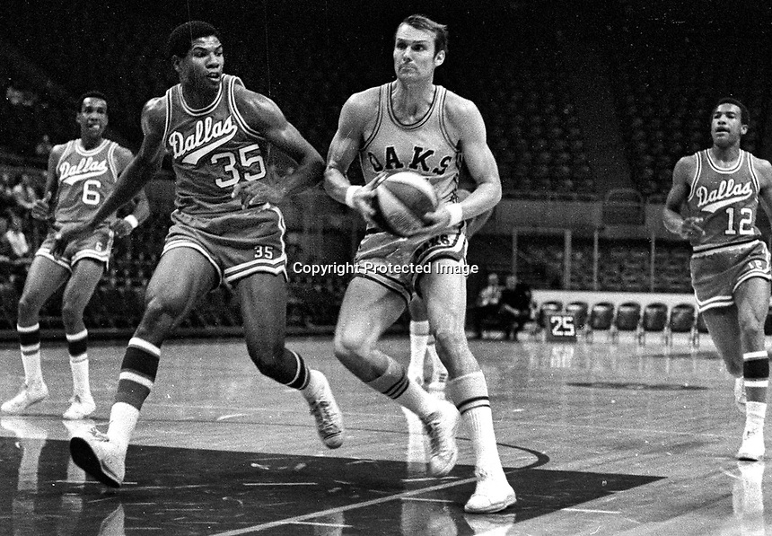 Oakland Oaks ABA Rick Barry against Dallas..<br />