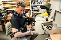 Mc Callum bagpipes factory La fabbrica di cornamuse pi&ugrave; famosa al mondo. Rory Grossart, suonatore professionista di cornamuse nella ScottishPower Pipe Band &egrave; uno dei pochissimi che costruiscono a mano l'ancia verificando il suono di ognuna.Costruzione dell'ancia, Il materiale usato &egrave; la canna &quot;Arundo donax&quot; <br />