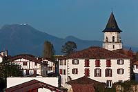 Europe/France/Aquitaine/64/Pyrénées-Atlantiques/Pays-Basque/Ainhoa: Maisons du  village et l' L'église Notre-Dame de l'Assomption  en fond la Rhune - Plus Beaux Villages de France