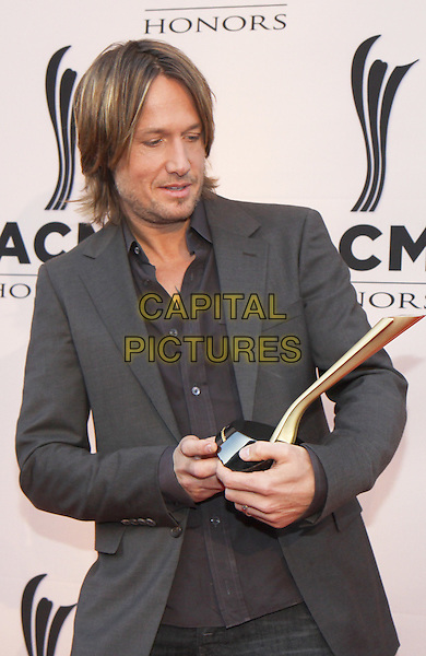 KEITH URBAN.The Academy of Country Music held their annual Honors event at the Ryman Auditorium, where honorees, presenters and performers arrived on the red carpet, Nashville, TN, USA..September 20th, 2010.half length suit jacket winner trophy black grey gray stubble facial hair .CAP/ADM/DH.©Dan Harr/AdMedia/Capital Pictures.