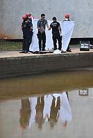 BRASILIA, DF, 17.03.2017 - MORTE-DF - Um homem morreu após cair do 19º andar do prédio do Congresso Nacional nesta sexta-feira por volta das 12h40. A queda foi dentro do espelho d´água. A polícia investiga se ocorreu um acidente ou suicídio, e ainda tenta identificar a vítima, que pode ser um funcionário terceirizado. (Foto: Ricardo Botelho/Brazil Photo Press)