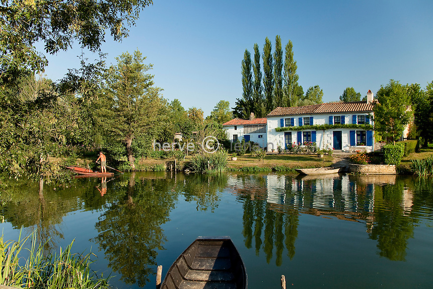 France, Deux-Sèvres (79), Parc Interrégional du Marais Poitevin labellisé Grand Site de France, Coulon, maison typique du marais dite la Maison aux Volets Bleus au bord de la Sèvre Niortaise // France, Deux Sevres, Parc Interregional du Marais Poitevin labellise Grand Site de France (Interregional Park of the Marais Poitevin labelled Great Site of France), Coulon, typical house of the marsh said Maison aux Volets Bleus at the edge of Sevre Niortaise