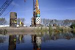 UTRECHT - In Leidsche Rijn worden in opdracht van Prorail casing-palen de bodem ingedraaid tijdens de bouw van één van de drie nieuwe treinstations waarmee de nieuwbouwstad beter ontsloten kan worden. De gedraaide vijftien meter diepe palen die met beton worden volgestort gaan als middensteunpunt  terwijl zwaarde heipalen op de landhoofden gebruikt gaan worden. De bouw van de stations door de bouwcombinatie Vlark, valt samen met de geplande spoorverdubbeling op het traject Vleuten en het Amsterdam-Rijnkanaal die op een zes meter hoge dijk komt te liggen en 15 onderdoorgangen krijgt. Terwijl station Vleuten enkele honderden meters verplaatst wordt, worden de stations Utrecht Terwijde en Utrecht Leidsche Rijn volledig nieuw gebouwd en worden deze ook aangesloten op het Randstadspoor. COPYRIGHT TON BORSBOOM