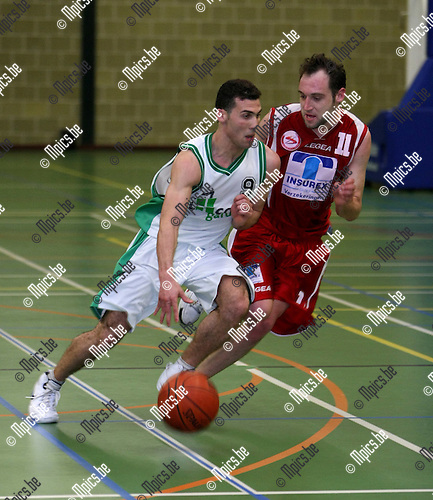 2008-05-02 / Basketbal / Sobabee Zwijndrecht - Schelle BBC / El Mokhtari (Schelle) gaat voorbij Deverney van Sobabee..Foto: Maarten Straetemans (SMB)