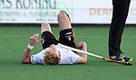 BLOEMENDAAL - Hockey - Bloemendaal-Oranje Rood 3-2. blessure voor Joep de Mol (Oranje-Rood) .   COPYRIGHT  KOEN SUYK
