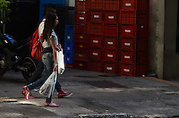 SAO PAULO, SP, 28, JUNHO 2012 - SACOLAS PLASTICAS DISTRIBUICAO - Movimentação de clientes em uma rede de supermercados, utilizando sacolas plásticas, em São Paulo (SP). A partir desta quinta-feira (28), o Grupo Pão de Açúcar e a rede Carrefour voltam a distribuir gratuitamente sacolas plásticas no Estado de São Paulo, mas vão racionalizar o uso das embalagens O Walmart colocará sacolinhas à disposição dos clientes assim que for notificado pela Justiça. O Sonda já entrega desde sábado embalagens biodegradáveis em duas de suas 24 lojas paulistas. (FOTO: ALEXANDRE MOREIRA / BRAZIL PHOTO PRESS).