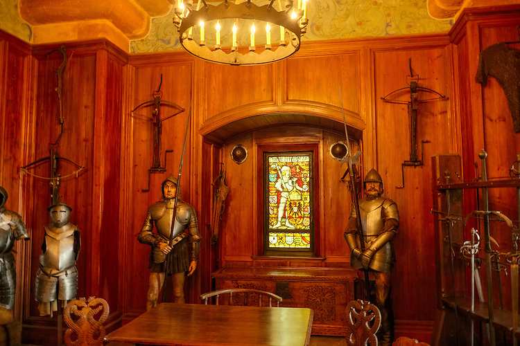 This Alsatian castle displays the Germanic influence with its decorations and weapons from the 15th-17th centuries.