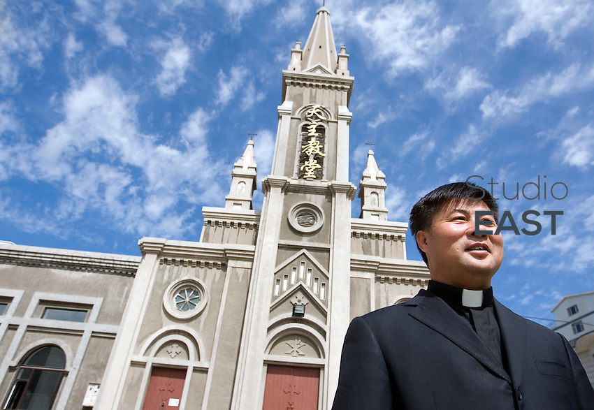 Le père Lian Changyuan pose devant l'église catholique de Yanji, à Yanji, province de Jilin, en Chine, le 7 septembre 2009. Photo par Lucas Schifres/Pictobank