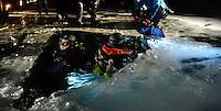 """Todesmutige Froschmänner vom Tauchsportclub """"Delphin"""" am Kulkwitzer See gehen unterm Eis auf Tauchgang.  Foto: aif / Norman Rembarz..Jegliche kommerzielle wie redaktionelle Nutzung ist honorar- und mehrwertsteuerpflichtig! Persönlichkeitsrechte sind zu wahren. Es wird keine Haftung übernommen bei Verletzung von Rechten Dritter. Autoren-Nennung gem. §13 UrhGes. wird verlangt. Weitergabe an Dritte nur nach  vorheriger Absprache. Online-Nutzung ist separat kostenpflichtig.."""