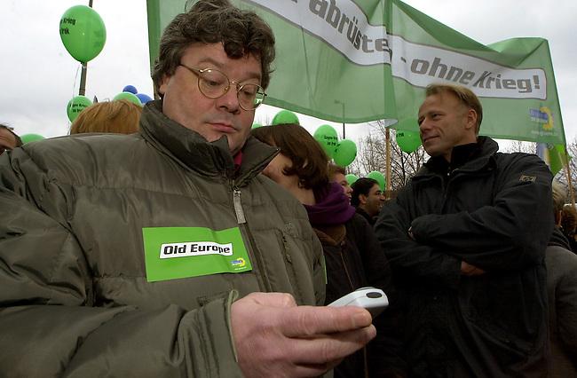Demonstration gegen Irak-Krieg in Berlin<br /> Mehr als 500.000 Menschen (inoffizielle Polizeiangaben sprechen von fest 1 Million) demonstierten am Samstag den 15. Februar 2003  unter dem Motto &quot;NEIN zum Krieg gegen Irak - NO war on Iraq!&quot; gegen einen drohenden Krieg gegen den Irak.<br /> In zwei Demonstrationszuegen zogen die Demonstranten zum Siegessaeule im Bezirk Tiergarten.<br /> Hier: Bundesvorstandsmitglied der Buendnis-Gruenen, Reinhard Buetikofer.<br /> 15.2.2003, Berlin<br /> Copyright: Christian-Ditsch.de<br /> [Inhaltsveraendernde Manipulation des Fotos nur nach ausdruecklicher Genehmigung des Fotografen. Vereinbarungen ueber Abtretung von Persoenlichkeitsrechten/Model Release der abgebildeten Person/Personen liegen nicht vor. NO MODEL RELEASE! Nur fuer Redaktionelle Zwecke. Don't publish without copyright Christian-Ditsch.de, Veroeffentlichung nur mit Fotografennennung, sowie gegen Honorar, MwSt. und Beleg. Konto: I N G - D i B a, IBAN DE58500105175400192269, BIC INGDDEFFXXX, Kontakt: post@christian-ditsch.de<br /> Bei der Bearbeitung der Dateiinformationen darf die Urheberkennzeichnung in den EXIF- und  IPTC-Daten nicht entfernt werden, diese sind in digitalen Medien nach &sect;95c UrhG rechtlich geschuetzt. Der Urhebervermerk wird gemaess &sect;13 UrhG verlangt.]