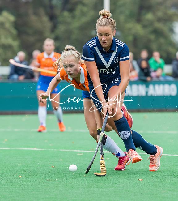 BLOEMENDAAL  - Anouk Lambers (Pinoke) met Lilli de Nooijer (Bldaal)  tijdens de hoofdklasse competitiewedstrijd vrouwen , Bloemendaal-Pinoke (1-2) . COPYRIGHT KOEN SUYK