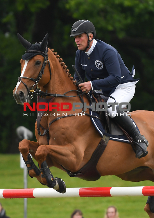 "30.05.2019,  GER;  Deutsches Spring- und Dressur-Derby, Preis der ""Deutsche Vermoegensberatung AG"", 1. Wertung Global Champions League, im Bild Roger Yves Bost auf Vino DÈspinet fuer die Chantilly Pegasus Foto © nordphoto / Witke *** Local Caption ***"