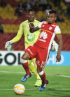 BOGOTA- COLOMBIA – 20-08-2015: Wilson Morelo (Der.) jugador del Independiente Santa Fe de Colombia, disputa el balon con Danny Cabezas (Izq.) portero de Liga de Loja de Ecuador, durante partido de vuelta entre Independiente Santa Fe de Colombia y Liga de Loja de Ecuador, por la primera fase, de la Copa Suramericana en el estadio Nemesio Camacho El Campin, de la ciudad de Bogota. / Wilson Morelo (R) player of Independiente Santa Fe of Colombia, figths for the ball with Danny Cabezas (L) goalkeeper of Liga de Loja of Ecuador, during a match for the second round between Independiente Santa Fe of Colombia and Liga de Loja of Ecuador, for the first phase, of the Copa Suramericana in the Nemesio Camacho El Campin in Bogota city. Photo: VizzorImage / Luis Ramirez / Staff.