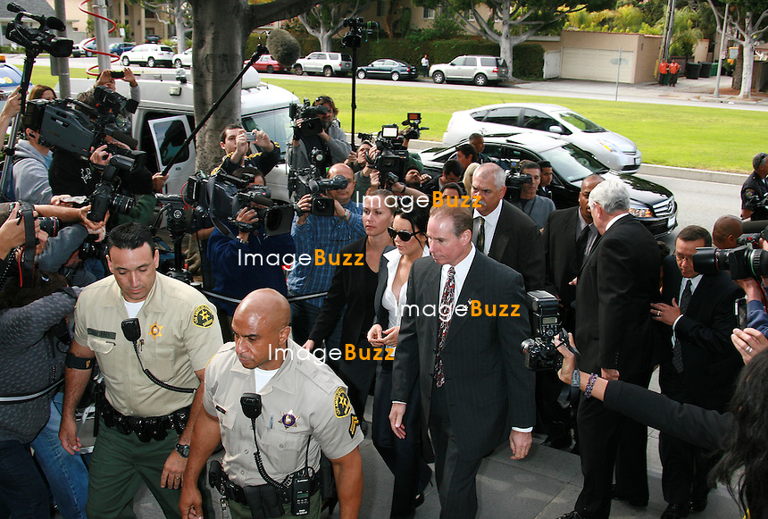 LINDSAY LOHAN ARRIVE AU TRIBUNAL DE BEVERLY HILLS. ELLE EN RESSORT PLUS DE DEUX HEURES APRES AVEC UN BRACELET DE DETECTION D'ALCOOL ET DOIT FAIRE UN TEST DE PRESENCE DE DROGUE UNE FOI PAR SEMAINE..ACTRESS LINDSAY LOHAN ARRIVES TO THE BEVERLY HILLS COURTHOUSE FOR A PROBATION STATUS HEARING.&8232; SHE LEFT THE COURTHOUSE MORE THAN TWO HOURS LATER WEARING A BRACELET TO DETECT ALCOHOL AND WILL HAVE TO DO A WEEKLY DRUG TESTING. &8232;LOS ANGELES, MAY 24, 2010.
