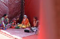 Roma, 8 agosto 2013<br /> Piazza Vittorio<br /> La comunit&agrave; islamica celebra la fine del mese di digiuno con la festa Eid al-fitr.<br /> Nella foto la tenda allestita per la preghiera delle donne