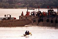 Após 32 dias a Texaco sob muita pressão da Sectam-Secretaria de Ciência Tecnologia e Meio Ambiente, Ministério público e Ibama, consegue retirar a balsa Miss Rondônia do fundo do rio em Barcarena Pará.<br />07/03/2000.<br />Foto Dirceu Maués/Interfoto