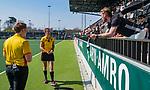 AMSTELVEEN -  assistent coach Robert Tigges (A'dam)  in gesprek met scheidsrechters Lisette Baljon en Steven Bakker  tijdens de hoofdklasse competitiewedstrijd hockey dames,  Amsterdam-Oranje Rood (5-2). COPYRIGHT KOEN SUYK