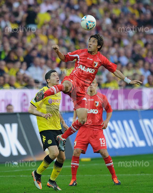 Fussball Bundesliga Saison 2011/2012 8. Spieltag Borussia Dortmund - FC Augsburg V.l.: Robert LEWANDOWSKI (BVB), Hajime HOSOGAI (Augsburg), Tobias WERNER (Augsburg).