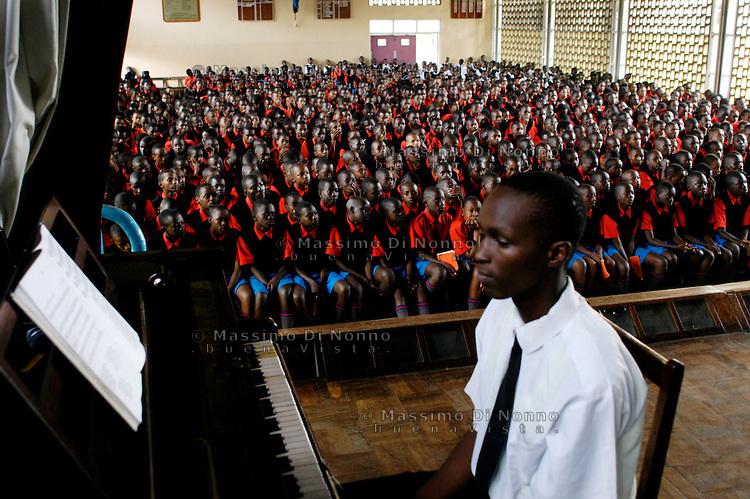 Nairobi .studenti prima di congedarsi cantano l'inno della scuola   ..Nairobi: students sing the anthem before taking leave of the school