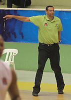 BUCARAMANGA -COLOMBIA, 04-10-2013. El entrenador de Bambuqueros Tomás Díaz da instrucciones  durante el encuentro entre Búcaros Freskaleche y Bambuqueros de Neiva válido por la fecha 23 de la Liga DirecTV de Baloncesto 2013-II Colombia de Colombia realizado en el Coliseo Vicente Díaz Romero de Bucaramanga./ Tomas Diaz coach of Bambuqeros gives directios during the match between Bucaros Freskaleche and Bambuqueros de Neiva valid for the 23th date DirecTV Basketball League 2013-II in Colombia at Vicente Diaz Romero coliseum in Bucaramanga. Photo:VizzorImage / Duncan Bustamante / STR