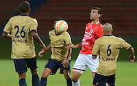 RIONEGRO -COLOMBIA-13-08-2015. Juan Perez (Izq) jugador de Águilas Doradas de Colombia disputa el balón con Wilber Huaynacari (Der) jugador de Unión Comercio de Perú en partido de primera fase, llave G5, por la Copa Sudamericana 2015 jugado en el estadio Alberto Grisales de Rionegro./ Juan Perez (L) player of Aguilas Doradas of Colombia vies for the ball with Wilber Huaynacari (R) player of Union Comercio of Peru in match of the first phase, key G5, for the Copa Sudamericana 2015 played at Alberto Grisales stadium in Rionegro.  Photo:VizzorImage/ León Monsalve /