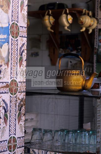 Afrique/Maghreb/Maroc/El-Jadida : Dans les souks - Détail théière et verres à thé