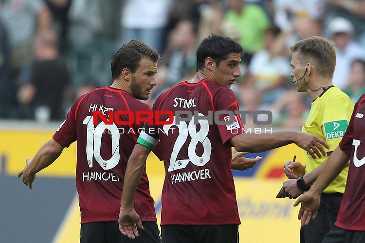 17.08.2013, Borussia Park, Moenchengladbach, GER, 1. FBL, Borussia Moenchengladbach vs Hannover 96, im Bild<br /> Szabolcs Huszti (Hannover #10) und Lars Stindl (Hannover #28) (li.)  bei Dr. Jochen Drees (Schiedsrichter) nach einem nicht gegebenen Foul an Szabolcs Huszti (Hannover #10)<br /> <br /> Foto &copy; nph / Mueller