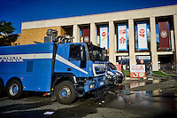 Roma 16 Ottobre 2015<br /> Un centinaio di studenti ha protestato in piazzale Aldo Moro, di fronte all&rsquo;Universit&agrave; La Sapienza, la sede del  Maker Faire 2015, la fiera dell&rsquo;innovazione europea organizzata all&rsquo;interno dell'universita. I manifestanti denunciano l&rsquo;uso privatistico di una struttura pubblica, l&rsquo;interruzione delle attivit&agrave; di ricerca e la non trasparenza sull&rsquo;uso dei ricavi. I mezzi della polizia davanti all'ingresso dell'Universit&agrave; La Sapienza<br /> <br /> Rome 16 October 2015<br /> A hundred students protested in Piazzale Aldo Moro, opposite the University La Sapienza, the headquarters of the Maker Faire 2015, the European innovation fair organized within the university. Protesters denounce the  private use of a public facility, the interruption of research and lack of transparency on the use of revenues.The police vehicles at the entrance of La Sapienza.