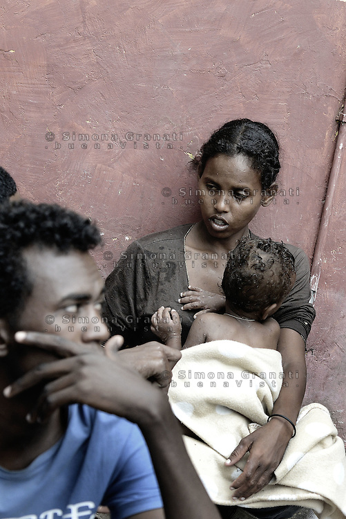 Roma, 13 Giugno 2015<br /> Vi Tiburtina.<br /> Centinaia di migranti hanno trovato rifugio nel centro di accoglienza Baobab di Via Cupa e nelle vie limitrofe.<br /> Uomini e donne nel cortile.<br /> Mamma con bambino.