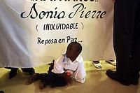STO04. VILLA ALTAGRACIA (REPÚBLICA DOMINICANA), 07/12/2011.- Un niño es visto hoy, miércoles 7 de diciembre de 2011, durante el funeral de la activista dominicana de ascendencia haitiana Sonia Pierre en Villa Altagracia (República Dominicana). Pierre, fundadora del Movimiento de Mujeres Dominicanas y Haitianas, falleció el domingo pasado, a los 48 años, a causa de un infarto fulminante. EFE/Orlando Barría.