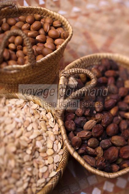 Afrique/Afrique du Nord/Maroc/Province d'Agadir/Tighanimine Elbaz:  Noix et amandons et amandons torréfiés de  l'Affiache, fruit de l'arganier à la Coopérative féminine de Tighanimine Elbaz qui fabrique artisanalement de l'huile d' argan