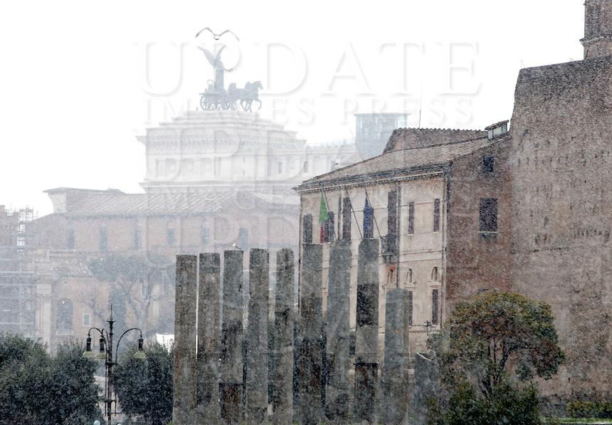 Un momento della nevicata a Roma, 11 febbraio 2012..A view of the snowfall in Rome, 11 february 2012..UPDATE IMAGES PRESS/Riccardo De Luca