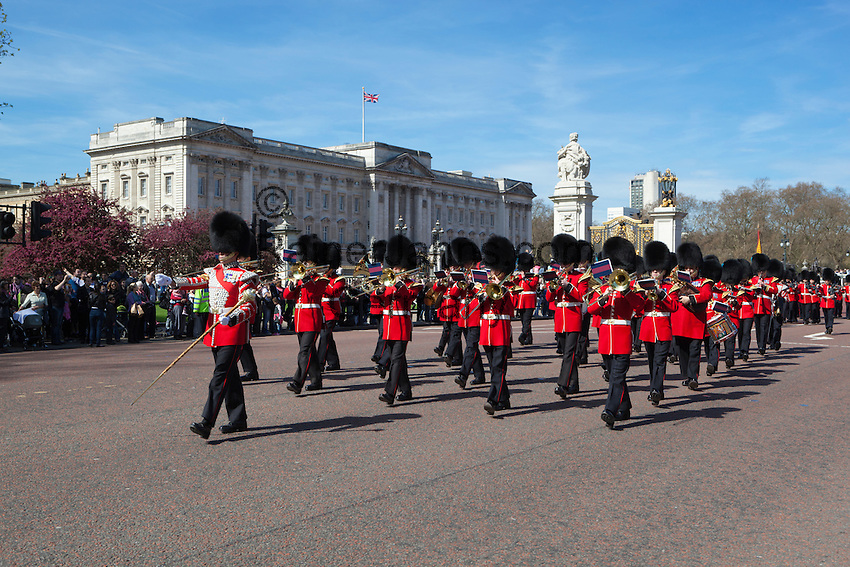 United Kingdom, London: Bandsmen of the Irish Guards marching past Buckingham Palace during the changing of the guard | Grossbritannien, England, London: Militaerkapelle der Irish Guards beim Changing of the Guards am Buckingham Palace