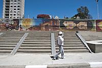 ATENÇÃO EDITOR: FOTO EMBARGADA PARA VEÍCULOS INTERNACIONAIS. - SAO PAULO, SP , 29 DE SETEMBRO DE 2012 - COTIDIANO - PRACA ROOSEVELT REINAUGURACAO- O prefeito Gilberto Kassab (PSD), participou da entrega da parca roosevelt. O local passou por reformas nos últimos dois anos, teve sua estrutura recuperada, ganhou novos espaços abertos. Na foto popular passa em frente a parte da praça que ainda está em reforma LOCAL: Praça Roosevelt, Centro de Sao Paulo, SP, FOTO VAGNER CAMPOS/BRAZIL PHOTO PRESS