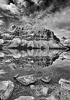Bow Lake and Crowfoot Mountain in autumn. Icefields Parkway. Banff National Park<br />