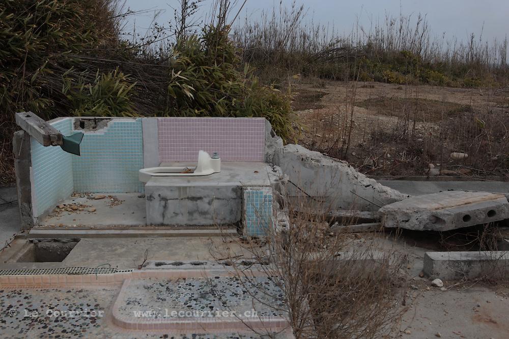 Odakaku-Tsukabara dans la préfecture de Fukushima, le 10.03.2013.A quinze kilomètres de la centrale nucléaire de Fukushima..Faisant suite à l'important tremblement de terre du 11 mars 2011 cette zone de la ville d'Odaka à été entièrement ravagée par le Tsunami. Après l'explosion de la centrale nucléaire foute la ville d'Osaka et cette zone on été considérée comme contaminée par la radioactivité, ainsi aucun travaux de déblaiement n'a put être fait et les habitants de la ville contraint à s'exiler. .© Jean-Patrick Di Silvestro