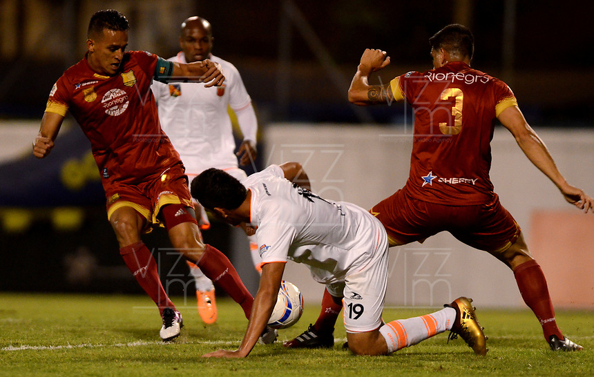 ENVIGADO - COLOMBIA - 09 - 02 - 2018: Michael Nike Gomez (Cent.) jugador de Envigado F. C., disputa el balón con Camilo Ayala (Izq.) y Jhonny Acosta (Der.) jugadores de Rionegro Aguilas Doradas, durante partido entre Envigado F. C., y Rionegro Aguilas Doradas por la fecha 2 de la Liga Aguila I 2018, en el estadio Polideportivo Sur de la ciudad de Envigado. / Michael Nike Gomez (C) player of Envigado F. C., fights for the ball with con Camilo Ayala (L) and Jhonny Acosta (R) player of Rionegro Aguilas Doradas, during a match between Envigado F. C., and Rionegro Aguilas Doradas for the date 2 of the Liga Aguila I 2018 at the Polideportivo Sur stadium in Envigado city. Photo: VizzorImage / Leon Monsalve / Cont.