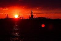 NOVA YORK, EUA, 24.12.2018 - TURISMO-EUA - Por-do-sol é visto a partir do Battery Park na Ilha de Manhattan nos Estados Unidos na tarde desta segunda-feira, 24. Do local da pra avistar a Estatua da Liberdade. (Foto: William Volcov/Brazil Photo Press)