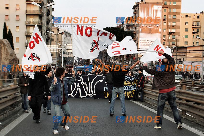 I manifestanti occupano la Tangenziale e l'imbocco dell'Autostrada A1 all'altezza di Tiburtina..Roma 03/03/2012 Protesta del movimento NO TAV a Roma in sostegno dei manifestanti in Val di Susa ..Foto Insidefoto Serena Cremaschi