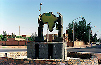 Libia, Ghadhames 2002.Monumento dedicato all'Unione Africana.Libya, Ghadhames 2002.The monument devoted to the African union.