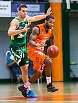 S&ouml;dert&auml;lje 2015-10-20 Basket Basketligan S&ouml;dert&auml;lje Kings - Bor&aring;s Basket :  <br /> Bor&aring;s Adama Adam Darboe i kamp om bollen med S&ouml;dert&auml;lje Kings Christopher Czerapowicz under matchen mellan S&ouml;dert&auml;lje Kings och Bor&aring;s Basket <br /> (Foto: Kenta J&ouml;nsson) Nyckelord:  S&ouml;dert&auml;lje Kings SBBK T&auml;ljehallen Bor&aring;s Basket