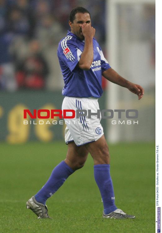 DFB Pokal 2004/2005 - Halbfinale<br /> FC Schalke 04 vs. Werder Bremen 7:6 n.E.<br /> <br /> Ailton von Schalke 04 fasst sich an die Nase.<br /> <br /> Foto &copy; nordphoto - Ruediger Lampe<br /> <br />  *** Local Caption *** Foto ist honorarpflichtig! zzgl. gesetzl. MwSt.<br /> Belegexemplar erforderlich<br /> Adresse: nordphoto<br /> Georg-Reinke-Strasse 1<br /> 49377 Vechta