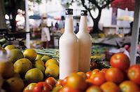 Europe/France/DOM/Antilles/Petites Antilles/Guadeloupe/Pointe-à-Pitre : Marché de Bergevin - Bouteilles de lait sur un étal de fruits et légumes