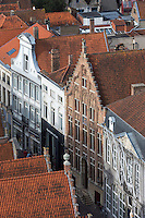 Belgique, Flandre-Occidentale, Bruges, centre historique classé Patrimoine Mondial de l'UNESCO, vue sur les maisons avec des pignons à gradins  // Belgium, Western Flanders, Bruges, historical centre listed as World Heritage by UNESCO, view over the houses with Dutch gables