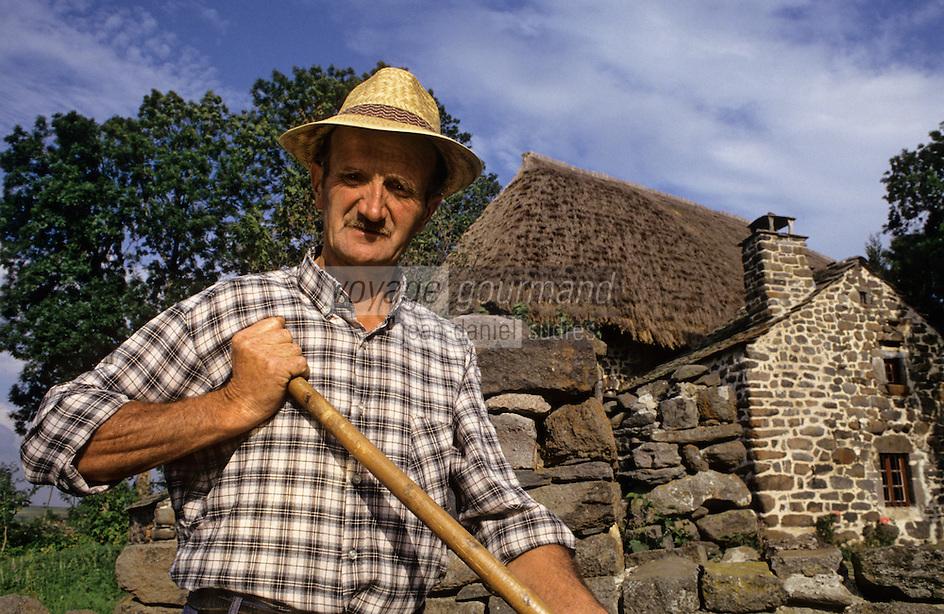 Europe/France/Auvergne/43/Haute-Loire/Mondeyres: Agriculteur devant une ferme au toit de chaume [Non destiné à un usage publicitaire - Not intended for an advertising use]<br />  PHOTO D'ARCHIVES // ARCHIVAL IMAGES<br /> FRANCE 1990